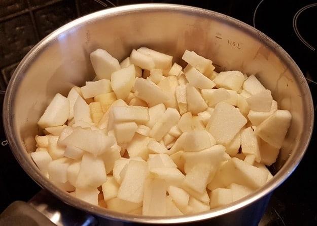 Æblerne skrælles og kærnehuset fjernes. Her efter skæres æblerne ud i tern