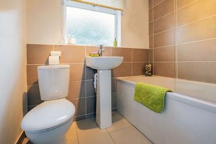 gammelt badeværelse til nyt