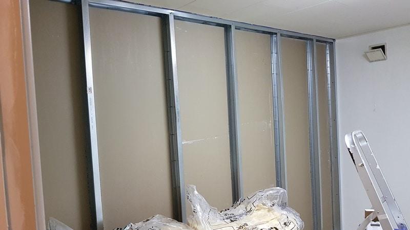montering af gipsplader på væg