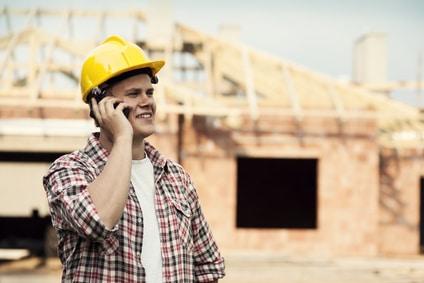 Håndværker taler i telefon