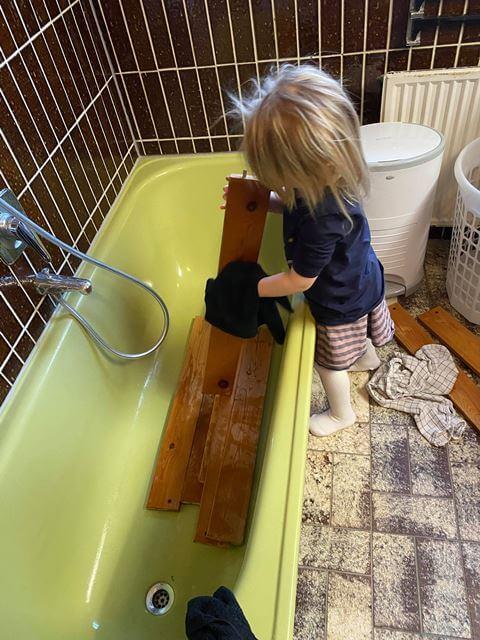 Køjeseng vaskes